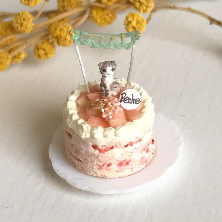 こちらはスコティッシュフォールドの白桃ネイキッドケーキ♪一つはヤフオクに、2つはミンネに出品します(^^)今度は緑のレースガーランドにしました。 #ミニチュアフード#ミニチュア#ドールハウス#ハンドメイド#樹脂粘土#粘土#クレイ#クレイアート#アート#カップケーキ#タルト#ムース#miniaturefood #miniature#dollhouse #cupcakes #handmade #polymerclay #clay#フェイクフード#fakefood#ネイキッドケーキ