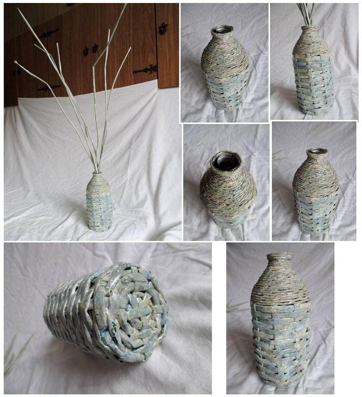 Vaso: bottiglia rivestita con canne di carta e filo di carta; canne di carta a imitazione dei rami di salice da decoro. Colore: sfumature di azzurro, beige, nero e bianco. Materiale: carta di riciclo, bottiglia di vetro di riciclo