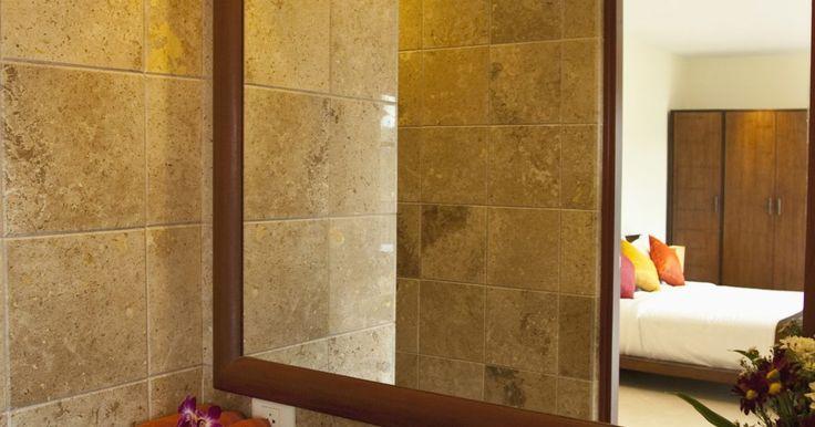 Dimensiones más pequeñas razonables para un cuarto de baño completo. Muchos de los baños están diseñados con las necesidades básicas de la familia en mente. Dado que el espacio de almacenamiento en un cuarto de baño completo de tamaño pequeño es a menudo limitado, es importante que la habitación se mantenga tan limpia y libre de obstáculos como sea posible. Los estantes atractivos para las toallas y el uso del ...