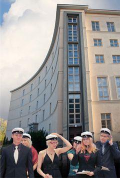 Tampereen lyseon lukiosta pääsin ylioppilaaksi keväällä 1987. Ylioppilaskokeeni keskiarvo oli laudatur.