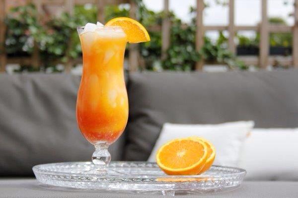 Sec om The Beach: - Wodka (1 deel); - Peach likeur (0,5 deel); - Sinaasappelsap (2 delen); - Cranberrysap (1,5 deel).