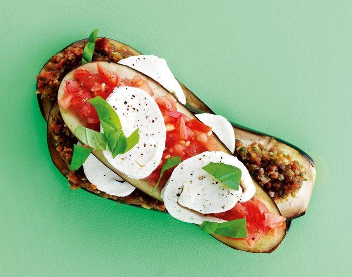 Prøv denne lasagne med aubergine istedet for pastaplader - lækre lag med mozzarella og tomatsovs