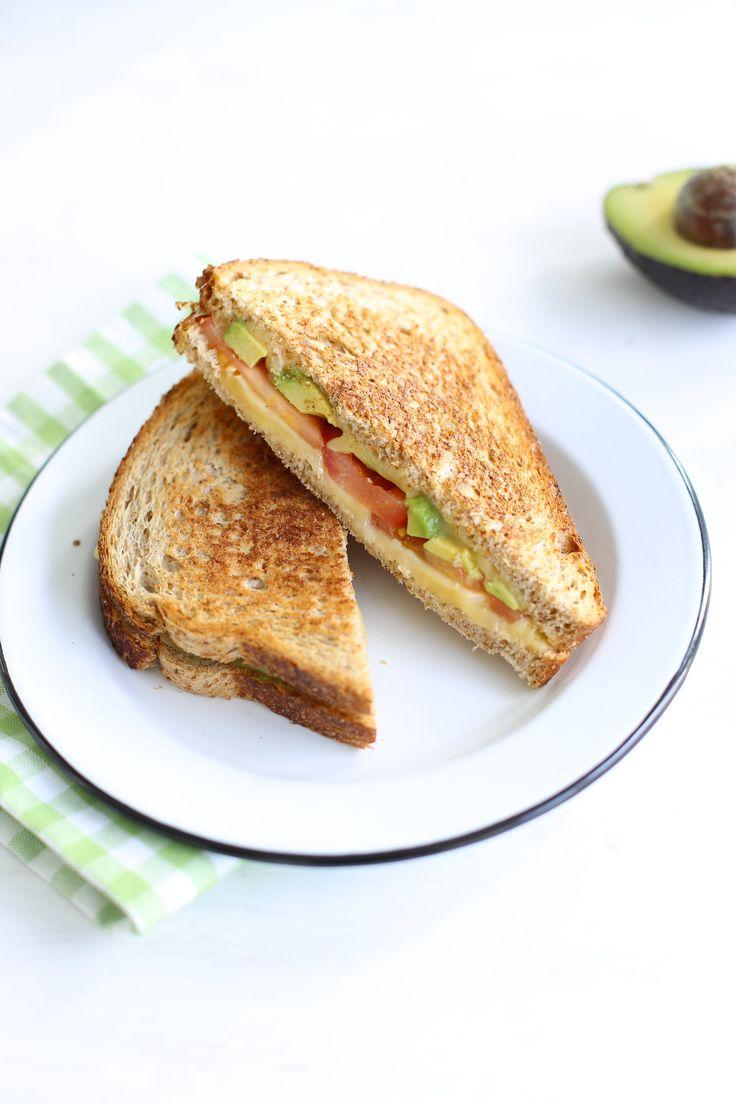 Croque met kaas, tomaat en avocado