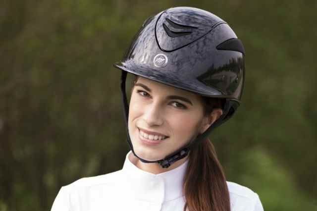 """Casco equitazione Equitheme modello """"Air"""" colore nero lucido."""