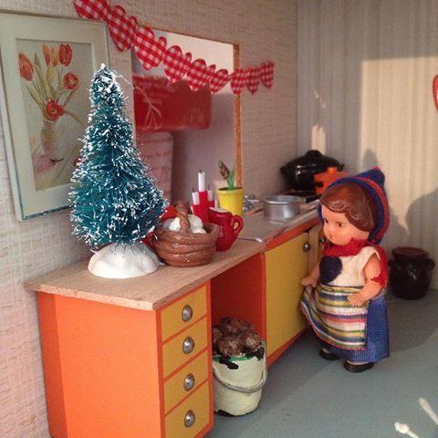 Julpynt i köket #lundby #lundbydiy #dollhousediy #diy #kök #jul #julgran #julpynt #dockhus #dockskåp #dukkehus #dollhouse #puppenhaus