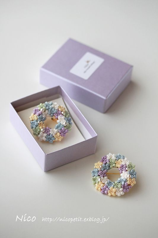 mieです。   美しい絹の糸で編んだ小さなお花たちを散りばめたブローチ、絹の夢です。   ブーケには2つご用意できました。   ...
