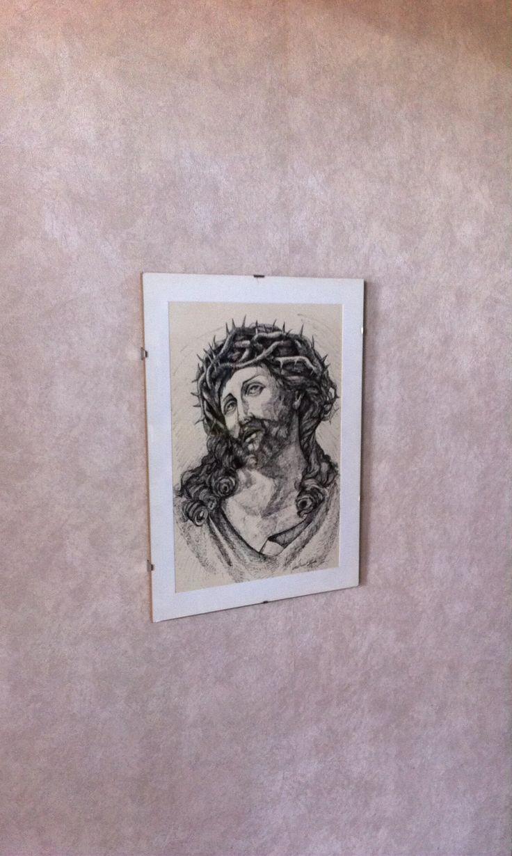 Quadro Gesù Bianco e Nero – ORIGINALE - Inchiostro di China - 33 cm x 23 cm  ORIGINALE - Realizzato a Lecce nel 1993 da artista Cistranese, laureatasi all'Accademia delle belle arti. La sua firma è riscontrabile all'interno del quadro (come da foto). Realizzato interamente con la Tecnica dell'Inchiostro di China, il Gesù raffigurato è unico nella sua espressività e nel suo genere. Le dimensioni del ritratto del Gesù senza la cornice è di 33 cm x 23 cm e la raffigurazione esprime a tratti…