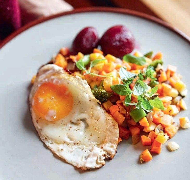 Allt går att blanda ner i en pytt. Ta vad du har men tillbehören inlagda rödbetor och stekt ägg är ett måste.
