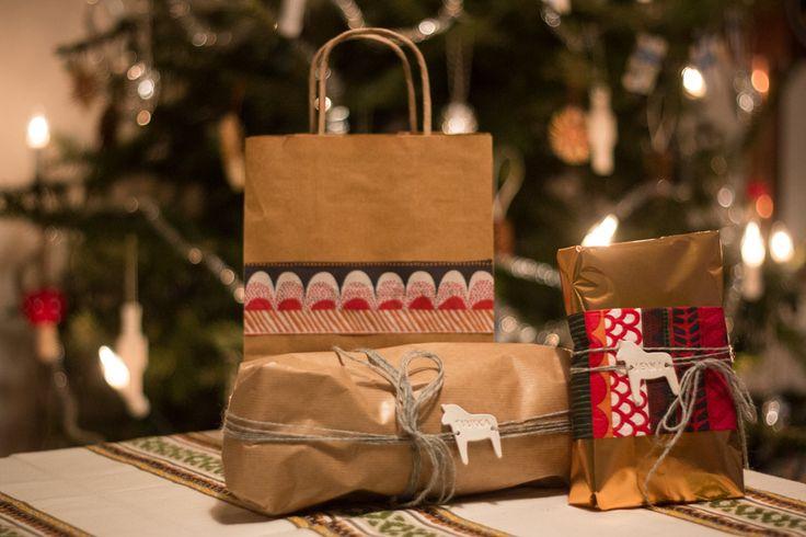 Nuori Koti - joulupakettejen koristelua servetein ja saviset nimilaput