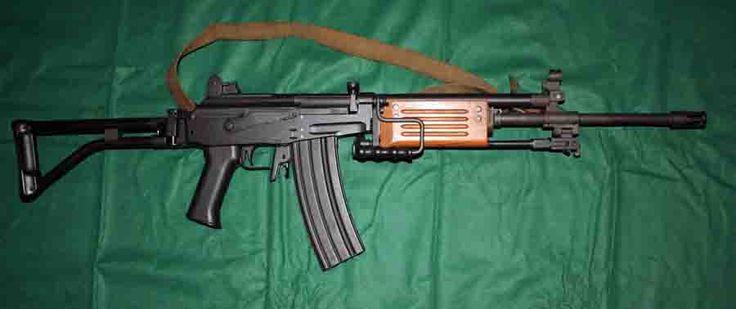 El fusil de asalto Galil puede utilizarse en modo semiautomático (tiro a tiro) o en modo automático (en ráfaga). Es utilizado por militares, policías, guerrilleros y autodefensas; es decir, por todas las partes en conflicto Este fusil de origen israelí se utiliza en nuestro país con calibres 7.62 y 5.56 en las versiones nuevas; el proveedor o cargador 7.62 alberga 25 tiros y es recto, el proveedor 5.56 es curvo y alberga 35 cartuchos, el diseño del proveedor es derivado del fusil…