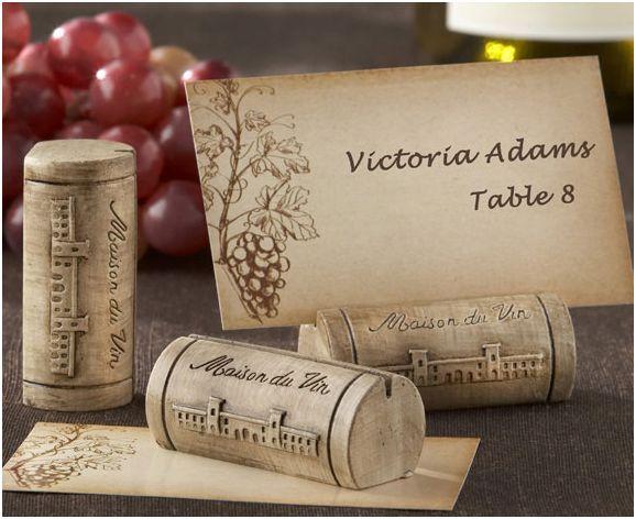 plaatskaartjeshouder voor een bruiloft met thema 'wijn' Op zoek naar decoratie bruiloft? Vind hier alles voor je bruiloft; plaatskaartjes, bedankjes, decoratie en nog veel meer!