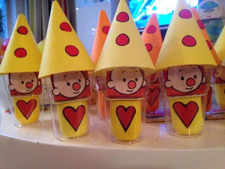 Bumba traktatie voor marlijns tweede verjaardag op de crèche! Danoontje met n hartje erop, rozijntjes met rood papier om t doosje en n bumbahoofdje, in een plastic bekertje, hoedje erop en klaar!!!
