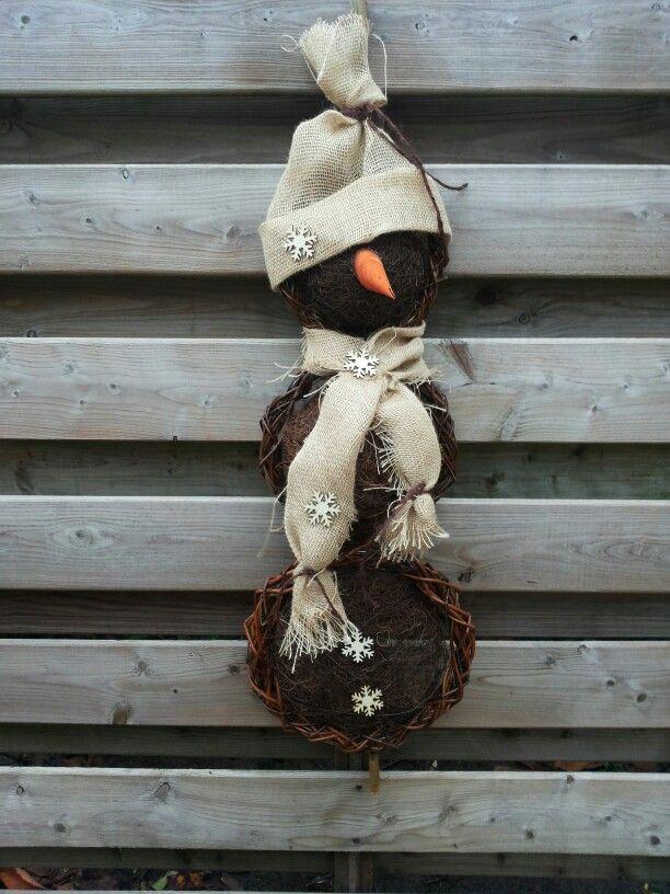 Sneeuwpop krans met wilgentenen.