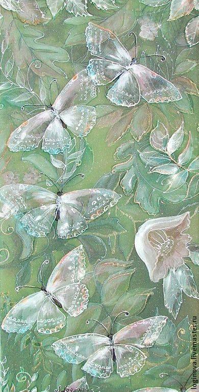 Бабочкины свадьбы. Роспись на шелке, трехслойная картина.   Нижний слой- полупрозрачный шелк с растительным узором;   второй слой- сетка с искорками;   верхний слой- прозрачный шелк с изображением белых бабочек. Бабочки -полупрозрачные, воздушные...