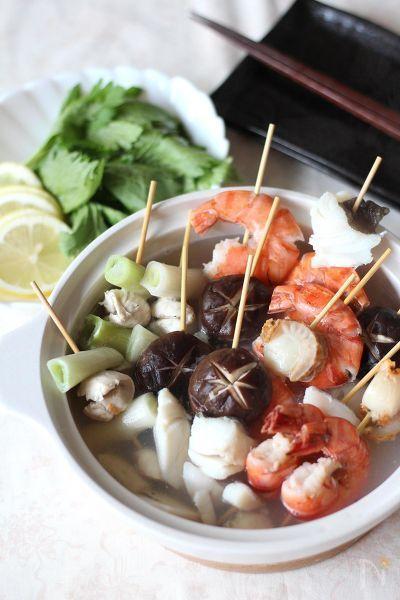 エビ、ほたて、たらなど海の幸がつまった串鍋。スープもうま味たっぷりです。