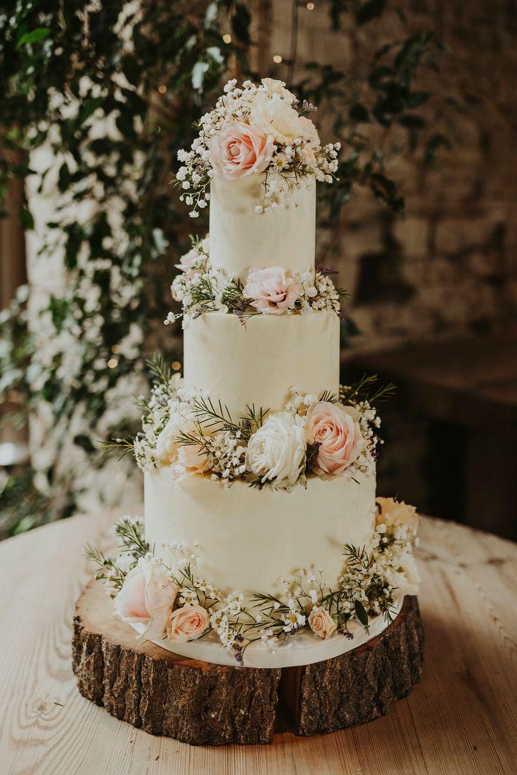 Gefrorene Hochzeitstorte mit drei Reihen verziert mit frischen Blumen. Bilder von Virginia Ph …   – Wedding ideas