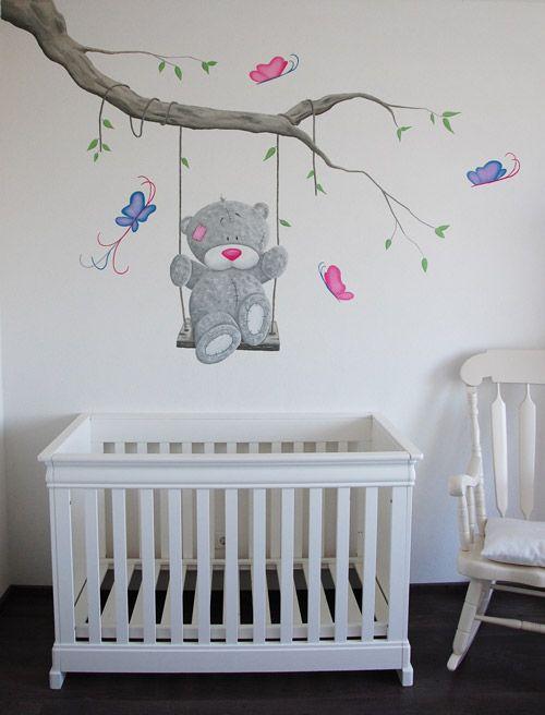 Muurschildering van een Me to You beer op een schommel aan een tak met een paar gezellige vlinders.