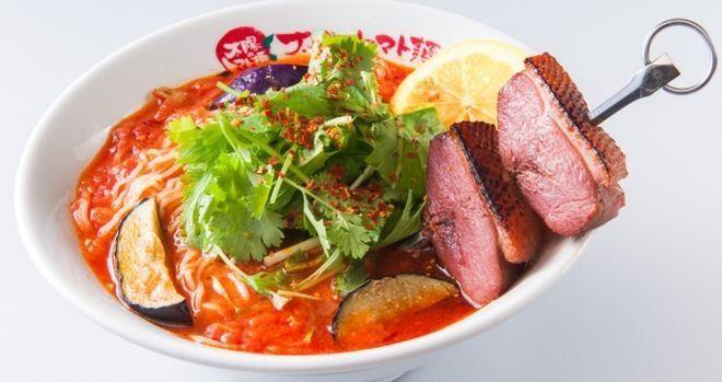 アジアンハーブのロースト合鴨ブロシェットトマト麺」が、9月1日~9月30日の期間限定で販売される。価格は950円