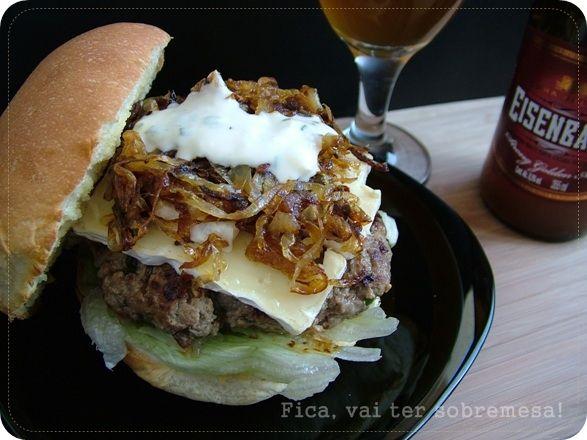 Fica, vai ter sobremesa!: Hambúrguer com brie, cebola caramelizada e molho ranch