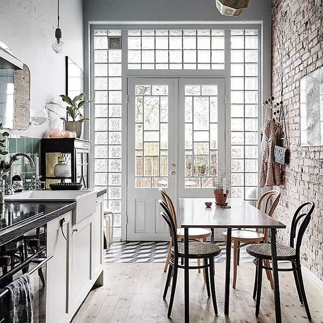 Forestil dig et klassisk engelsk byhus i to etager indrettet efter de bedste Brooklyn-traditioner med flotte detaljer, masser af lys og fire meter til loftet | SnapWidget