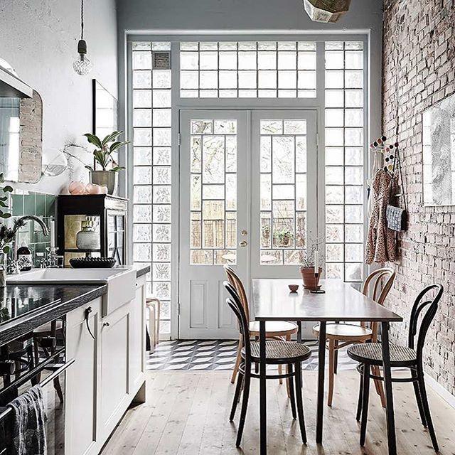 Forestil dig et klassisk engelsk byhus i to etager indrettet efter de bedste Brooklyn-traditioner med flotte detaljer, masser af lys og fire meter til loftet Se de fantastiske billeder af ugens udenlandske bolig ved at klikke på link i bio  #ulub #boligmagasinet #indretning