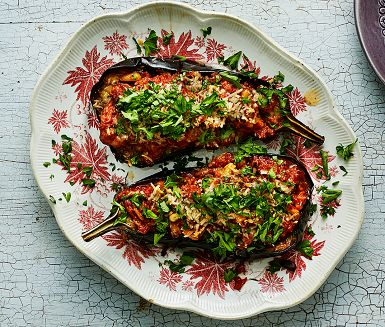 Aubergine är verkligen en grönsak som vinner på att tillagas i ugn med en god olivolja. Här fylls den mjuka auberginen med en tomatbaserad lammfärsröra med orientalisk smak av muskot och spiskummin. Pinjekärnor, parmesan och persilja fulländar rätten.