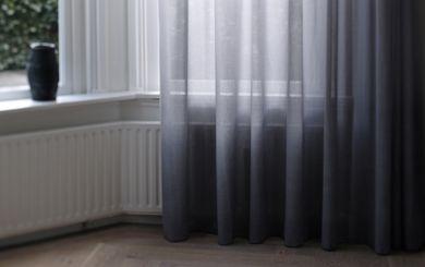 Transparante gordijnen (vitrage) en inbetweens zijn functioneel en erg stijlvol. Ze filteren het felle daglicht, maken een luchtige indruk en laten een sfeervol geheel zien. De lichtinval wordt bepaald door de transparantie van de stof. Als ze overdag dicht zijn kijk je er niet doorheen. 's Avonds met verlichting aan, zie je schaduwen. Vitrage dempt het geluid en dat is vooral prettig als je een harde vloer in de kamer hebt.