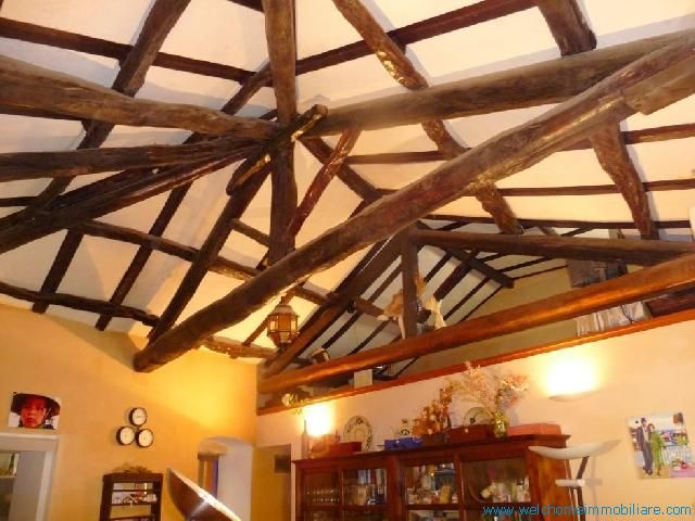 La casa, un trivano di 65mq, si presenta con le travi in legno a vista, pavimenti in cotto e parquet nel soppalco, i lavori di ristrutturazione sono stati effettuati nel 2000.