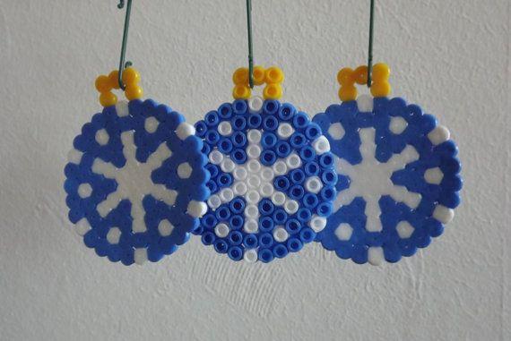 Kerstbal van strijkkralen - blauw/wit (perler/hama/pyssla beads)