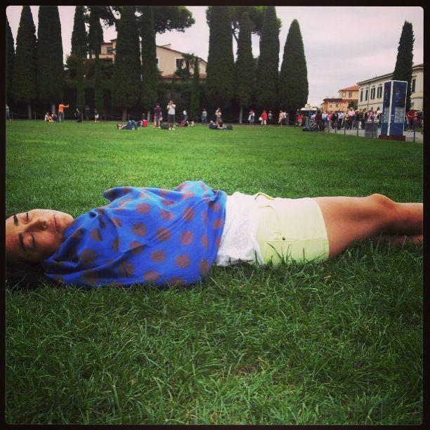 Siesta bajo la torre de Pisa