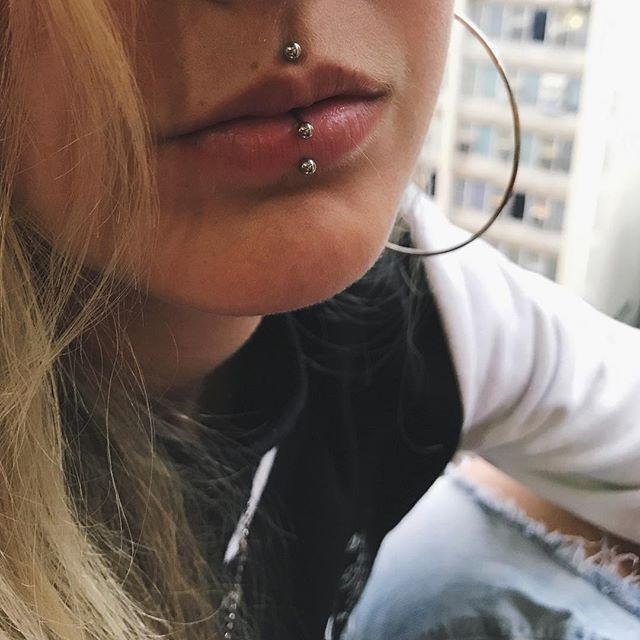 Medusa e Labret Piercing na @yasspeters   Jóia labret e ferradura em aço cirúrgico   Perfurações cicatrizadas  #medusapiercing #labretpiercing #bodypiercing