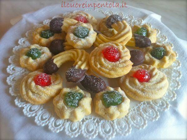 I biscotti di frolla montata sono quei deliziosi pasticcini di pasta frolla decorati con le ciliegie oppure intinti nel cioccolato che possiamo trovare