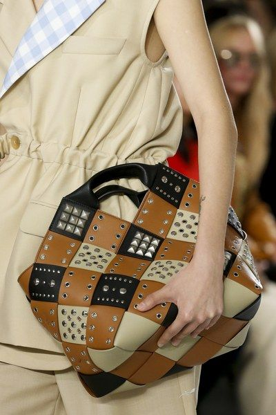 See detail photos for Loewe Spring 2018 Ready-to-Wear  collection.
