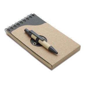 Libreta en espiral. 70 páginas rayadas de papel reciclado. Incluye bolígrafo con cuerpo de cartón.