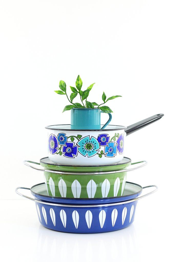 I just love a vintage enamelware stack! Especially when it includes Cathrineholm and colorful flowers!