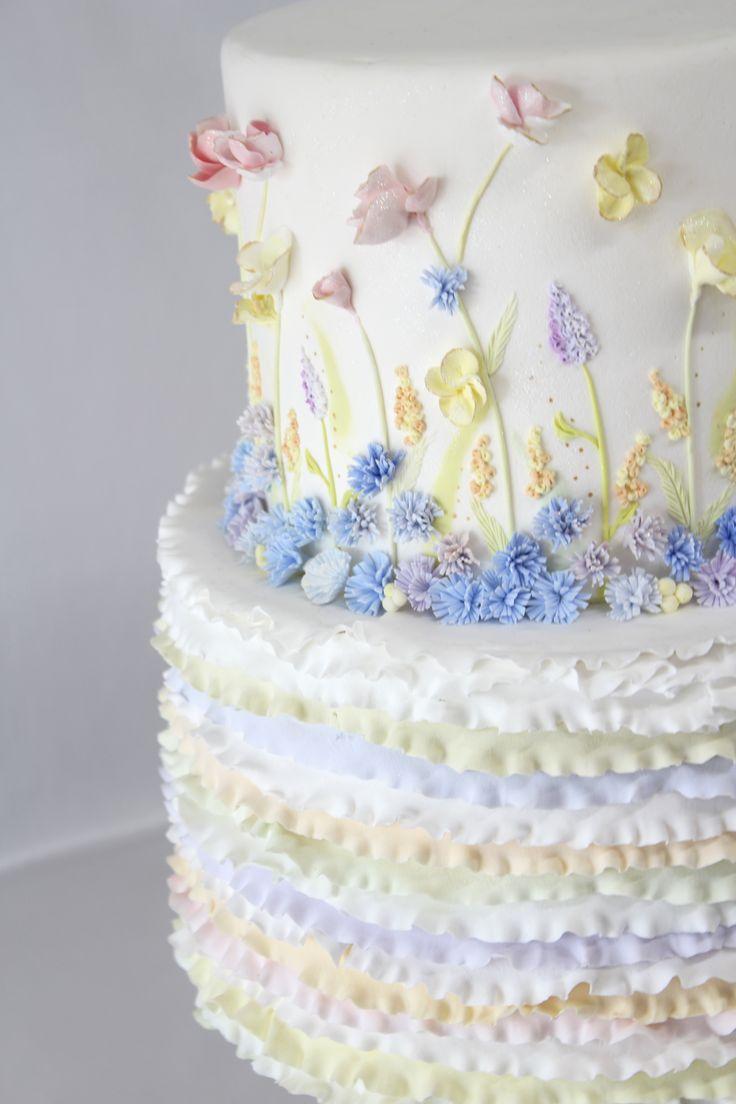 ClayartistMisaの代表作 「野原の花とそよ風」 MISA styleフリルケーキに 刺繍を1つ、1つ 施すように ケーキの側面にクレイの花を作り付けました 参考価格:¥64,800 サイズ:高さ約31cm・直系約26cm