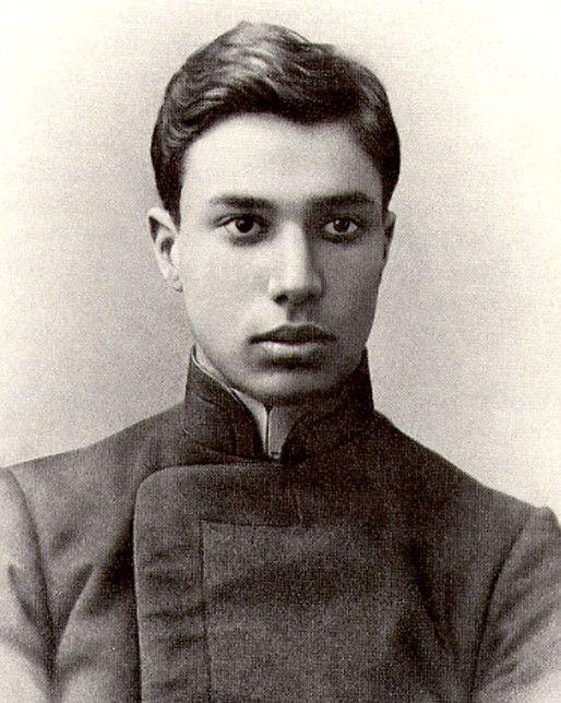 (1890-1960) Foi um poeta e romancista russo. Em 1956 tem o romance 'Dr. Jivago',recusado pelos editores de Moscou. Uma editora italiana compra os direitos autorais e publica a obra em 1957. No ano seguinte, está traduzida para 18 línguas. Banido da União dos Escritores Soviéticos, é obrigado a recusar o Prêmio Nobel de Literatura em 1958. É reintegrado postumamente à União dos Escritores Soviéticos em 1987, o que possibilita o lançamento de Dr.Jivago no país. ―Boris Pasternak