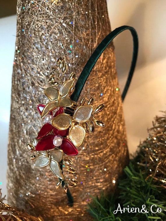 Diadema forrada en raso verde, con adorno floral en dorado y rojo con pedrería. Ideal como complemento para estas fiestas de navidad