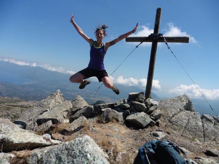 Na, wer geht denn da in die Luft? :-) Schöne Momente auf dem Monte Astu mit Blick über das Cap Corse #MeinKorsika #MeinFeriendorf @LenaSchim