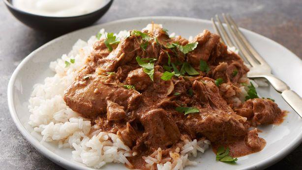 Πεντανόστιμο, τρυφερό κοκκινιστό μοσχαράκι κατσαρόλας που λιώνει στο στόμα. Ένα παραδοσιακά γιορτινό, Κυριακάτικο πιάτο στο Ελληνικό τραπέζι. Μια εύκολη κα