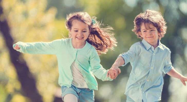 Los niños transgénero saben desde pequeños que no se identifican con su sexo biológico. El desorden de identidad de género no tiene absolutamente nada que ver con la condición conocida como de intersexualidad, en la que existen alteraciones cromosómicas. El conflicto de los transgénero está en sus mentes, en cuerpos atrapados en una identidad equivocada.