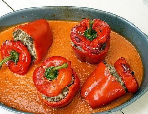 Gefüllte Paprika mit Reis und Tomaten-Sauce. Klassisch zubereitet