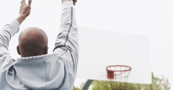 Cómo expresar la trayectoria de una pelota en una ecuación cuadrática. Para determinar la velocidad inicial de lanzamiento de una pelota, la distancia horizontal que la pelota recorre, o el tiempo que tarda la pelota antes de tocar el suelo, puedes usar una de las ecuaciones de movimiento. Específicamente, la ecuación que describe el desplazamiento y la aceleración es de mucha utilidad, tanto para escribir la ...