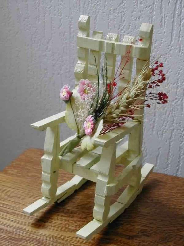Fauteuil décoratif pour une poupée. 20 Projets créatifs avec des pinces à linge en bois