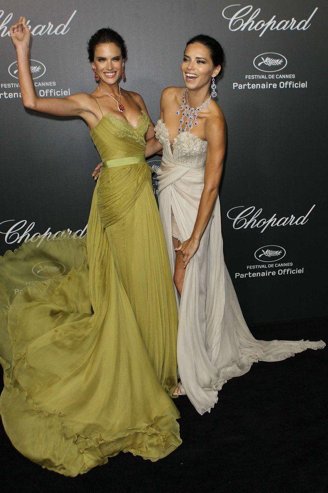 Festival de Cannes 2014: Alessandra Ambrosio y Adriana Lima, en la fiesta Las modelos brasileñas posan juntas durante una fiesta que la firma de joyas Chopard dio en Cannes, con motivo del 67º Festival de Cine de la ciudad francesa.