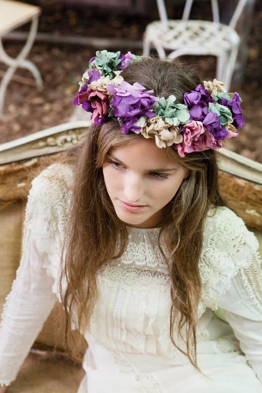 A MI ME VUELVEN LOCA LAS CORONAS! jaja Aunque este demasiado grande para mi taste!    Corona de flores de The Workshop Flores {Foto ©Elia Sills}