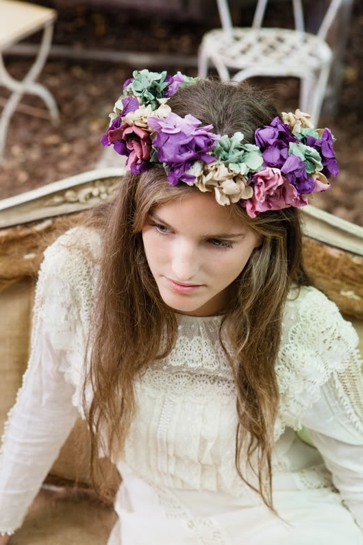 Corona de flores de The Workshop Flores {Foto ©Elia Sills}