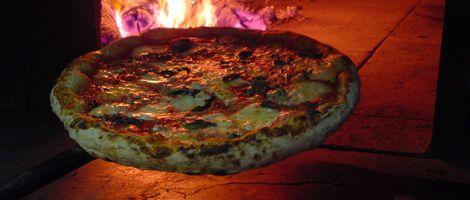 Pizza da Cantina Speranza. Foto: Fábio Nunes/ divulgaçãoCantina Speranza. Fundado em 1878, o Bixiga foi formado por imigrantes italianos e seus moradores cultivam até hoje suas origens. O lado boêmio e gastronômico do bairro, assim como a cultura, a religião e o sotaque italiano, está por toda a parte. Muitas cantinas tradicionais estão no Bixiga, é o caso da Speranza que ficou famosa por suas pizzas e que está no bairro desde 1958. #SaoPaulo #Bixiga #ItalianCulture #Restaurant