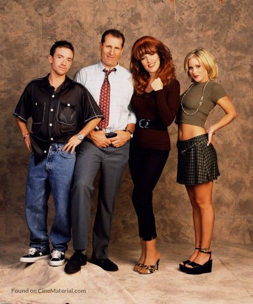Egy rém rendes család (Married… with Children): A sorozat főszereplője Al Bundy, a korábban sikeres középiskolai amerikaifutball-játékos, aki nőicipő-bolti eladóként dolgozik; felesége, Peggy, a vörös hajú, harsány, extravagánsan öltözködő, képzetlen háziasszony; valamint két gyermekük: Kelly, a vonzó, de buta és könnyűvérű lány, és Bud, a stréber, népszerűtlen és a lányok idegeire menő fiú.