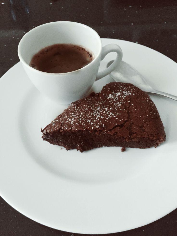 Torta balsamica al cioccolato fondente e un espresso al sentore di cioccolato. Comfort food per iniziare bene la giornata.   #comfortfood #chocolate